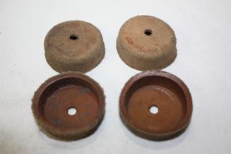 JEU DE 4 CAPUCHONS CUIR D/42mm...AUTOS DIVERS COLLECTIONS ANCIENNES