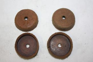 JEU DE 4 CAPUCHONS CUIR D/40mm...AUTOS DIVERS COLLECTIONS ANCIENNES
