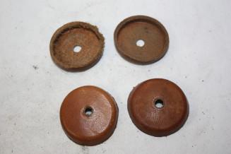 JEU DE 4 CAPUCHONS CUIR D/37mm...AUTOS DIVERS COLLECTIONS ANCIENNES