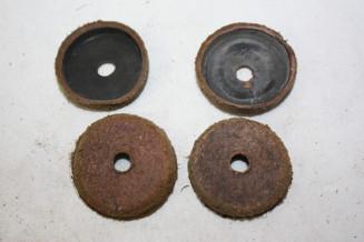 JEU DE 4 CAPUCHONS CUIR D/36mm...AUTOS DIVERS COLLECTIONS ANCIENNES